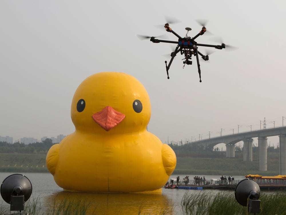 疫情期间美国新泽西州利用无人机高空巡逻防止民众聚集!