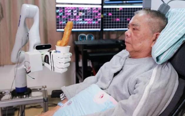 首个双手控制脑机接口:开颅手术 10 小时植入 6 个电极,瘫痪人士用意念吃蛋糕