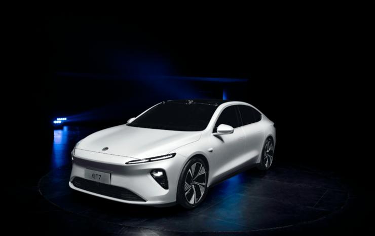 首款纯电轿车发布丨狙击「BBA」的李斌,狂甩「王炸」的蔚来